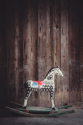 Horse「Vintage rocking horse in a barn in front of a wooden wall」:スマホ壁紙(7)