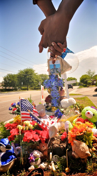Roberto Gonzalez「Sanford Community Continues To Grieve Over Shooting Death Of Trayvon Martin」:写真・画像(11)[壁紙.com]