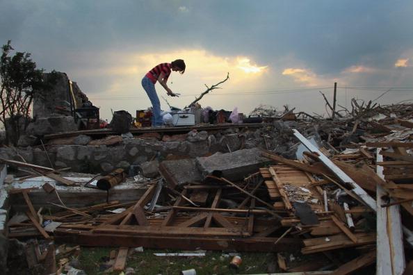 Missouri「Joplin, Missouri Reels After F5 Tornado Devastates Town, Kills Over 130」:写真・画像(15)[壁紙.com]