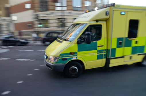 Accidents and Disasters「London ambulance on signal turning street corner」:スマホ壁紙(0)
