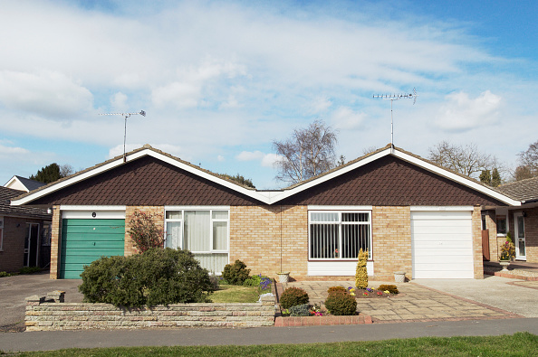 Finance and Economy「Semi-detached bungalows, Suffolk, UK」:写真・画像(6)[壁紙.com]