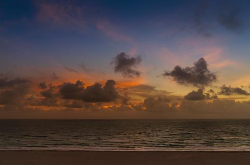 Miami Beach「Clouds over ocean at sunrise」:スマホ壁紙(9)