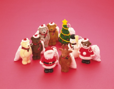 Stuffed Animals「Figurines for Christmas (teddy bears, Santa Claus, snowman, reindeer, Christmas tree), high angle view」:スマホ壁紙(18)