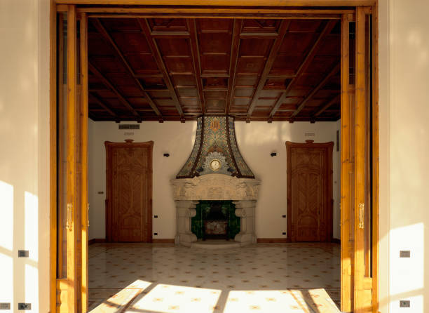 View of a fireplace through a doorway:ニュース(壁紙.com)