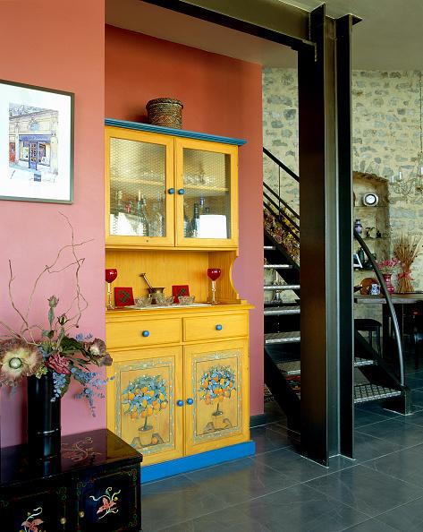 花瓶「View of a few furnishing items and a staircase in a room」:写真・画像(16)[壁紙.com]