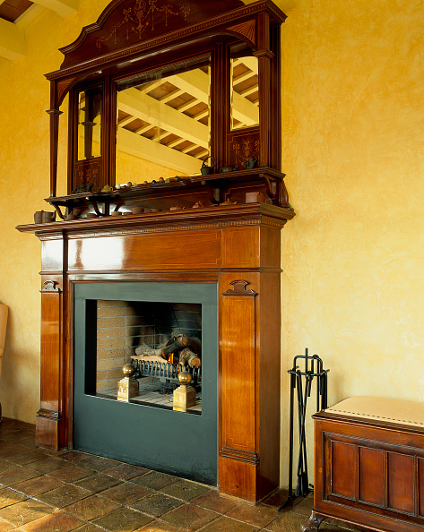 Crockery「View of a fireplace with an ornate mirror over it」:写真・画像(6)[壁紙.com]