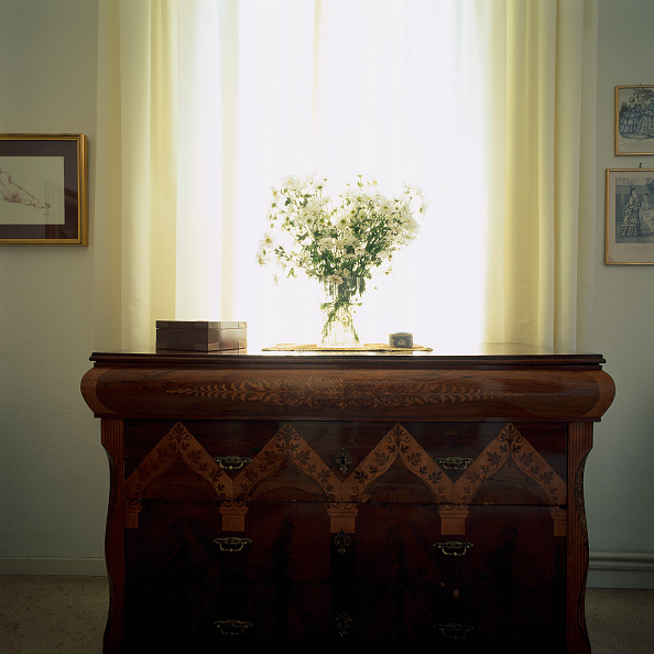 Vase「View of a flower vase on a wooden chest」:写真・画像(1)[壁紙.com]