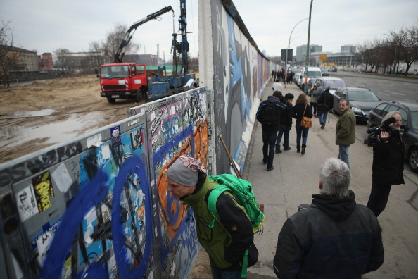 Moving Past「Berlin Wall Section To Make Way For Development」:写真・画像(3)[壁紙.com]