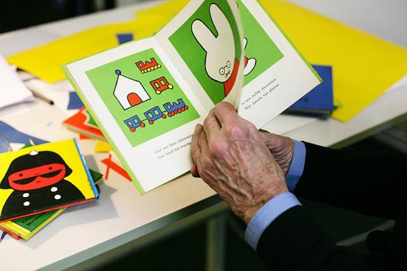 Utrecht「Dick Bruna Holding Miffy Book」:写真・画像(11)[壁紙.com]