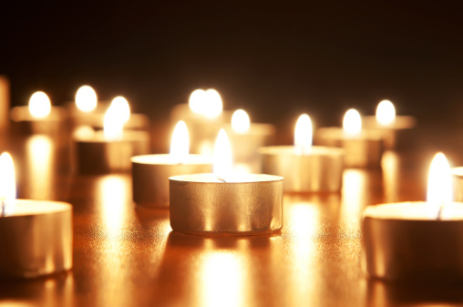 Praying「Many burning candles with shallow depth of field」:スマホ壁紙(9)