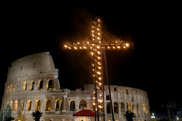 Stations Of The Cross「Pope Leads The Stations of The Cross At The Colosseum」:写真・画像(1)[壁紙.com]