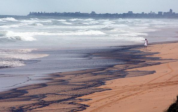 Slippery「Oil Slick Reaches Queensland Beaches」:写真・画像(16)[壁紙.com]