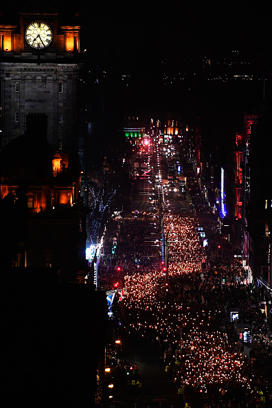 Hogmanay「A Torchlit Procession Kicks-off Edinburgh's Hogmanay Celebrations」:写真・画像(8)[壁紙.com]