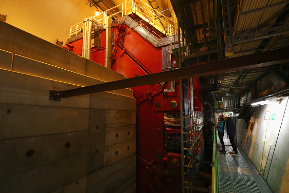 Pouring「Behind The Scenes At CERN The World's Largest Particle Physics Laboratory」:写真・画像(18)[壁紙.com]