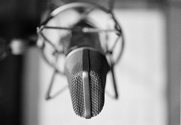 Empty「Studio Microphone」:写真・画像(13)[壁紙.com]