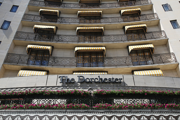 General View「Moped Riders Raid The Dorchester Hotel」:写真・画像(1)[壁紙.com]