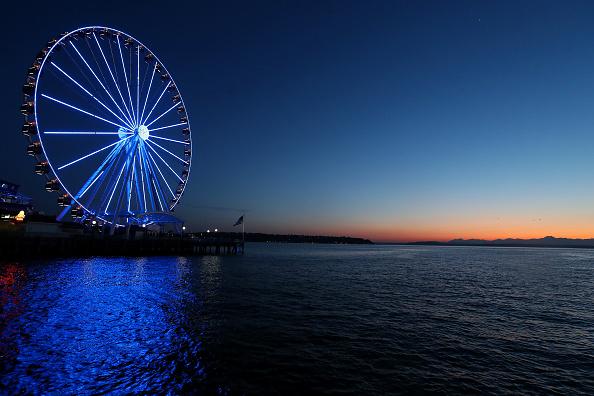 Amusement Park Ride「Across U.S., Stadiums, Landmarks Illuminated In Blue To Honor Essential Workers」:写真・画像(16)[壁紙.com]
