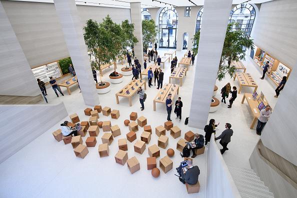 アップルストア「Preview Of Upgraded Apple Store In Regent Street」:写真・画像(1)[壁紙.com]