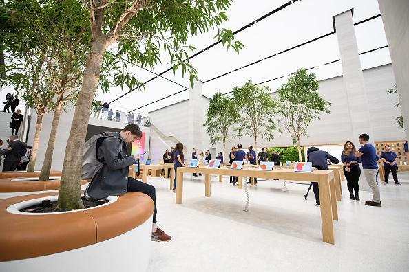 アップルストア「Preview Of Upgraded Apple Store In Regent Street」:写真・画像(2)[壁紙.com]