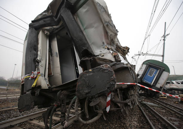 Milan「Milan Train Crash: Commuter train Derails In Italy」:写真・画像(2)[壁紙.com]