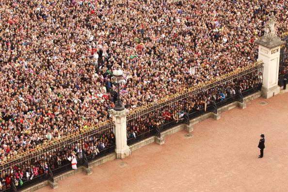 Victoria Memorial - London「Royal Wedding - The Newlyweds Greet Wellwishers From The Buckingham Palace Balcony」:写真・画像(18)[壁紙.com]