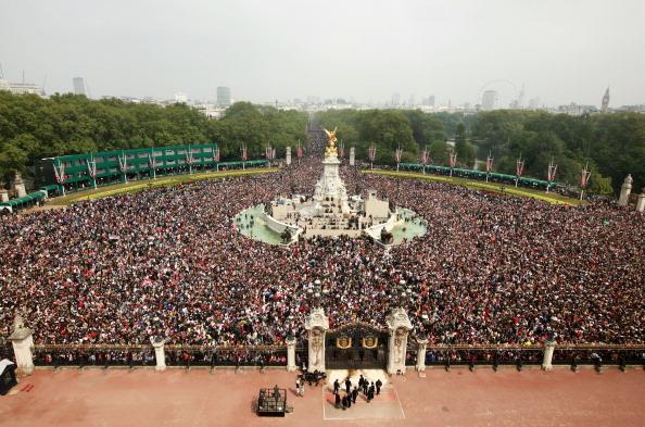 Victoria Memorial - London「Royal Wedding - The Newlyweds Greet Wellwishers From The Buckingham Palace Balcony」:写真・画像(16)[壁紙.com]