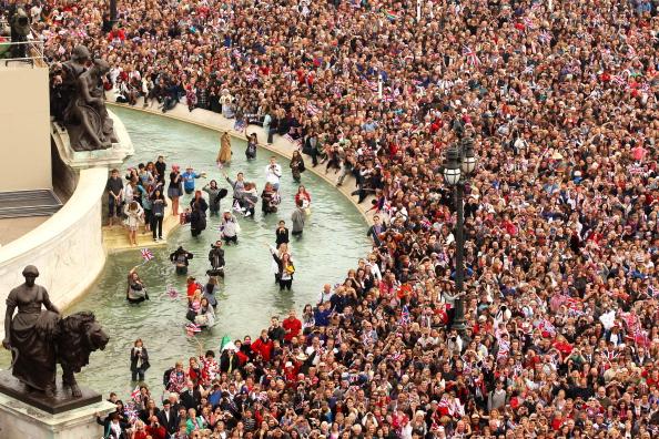 Victoria Memorial - London「Royal Wedding - The Newlyweds Greet Wellwishers From The Buckingham Palace Balcony」:写真・画像(14)[壁紙.com]