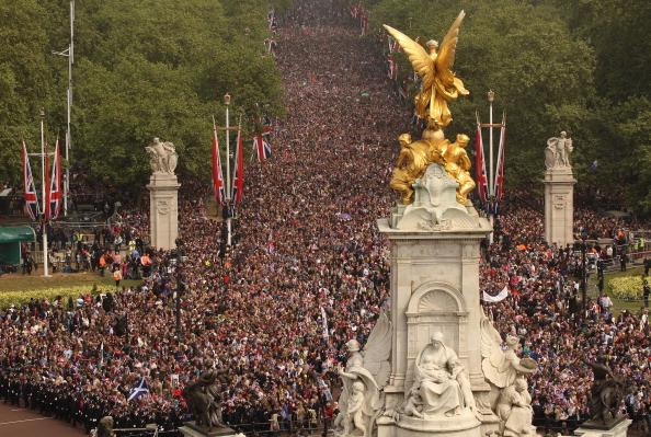 Victoria Memorial - London「Royal Wedding - The Newlyweds Greet Wellwishers From The Buckingham Palace Balcony」:写真・画像(17)[壁紙.com]
