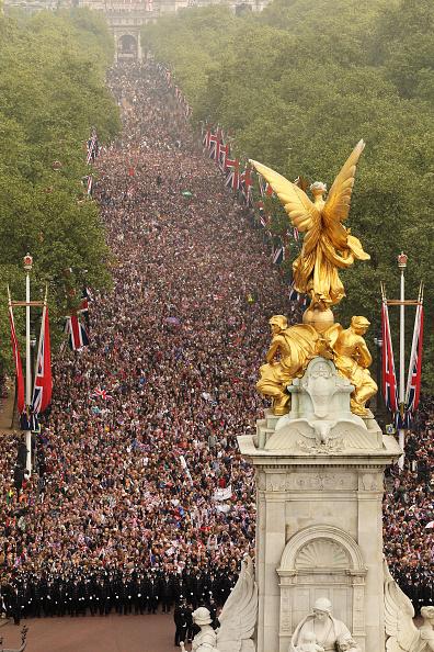 Victoria Memorial - London「Royal Wedding - The Newlyweds Greet Wellwishers From The Buckingham Palace Balcony」:写真・画像(15)[壁紙.com]
