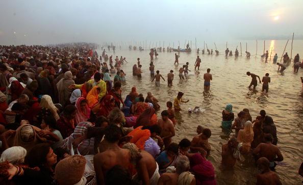 Hinduism「Hindus Gather At Sacred Rivers For Kumbh Mela Festival」:写真・画像(14)[壁紙.com]