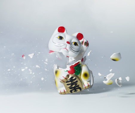 Destruction「Maneki Neko exploding, close-up」:スマホ壁紙(8)