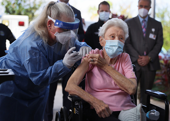 People「First Florida Nursing Home Workers Receive COVID-19 Vaccinations」:写真・画像(2)[壁紙.com]