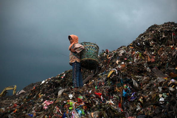 Mountain「Children Juggle Scavenging With School At Jakarta Landfill Site」:写真・画像(5)[壁紙.com]