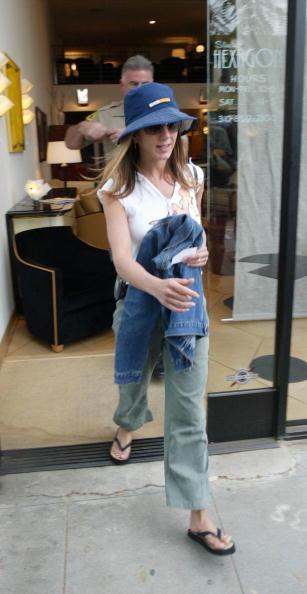 Flip-Flop「Jennifer Aniston Escorted by Police in Beverly Hills」:写真・画像(2)[壁紙.com]