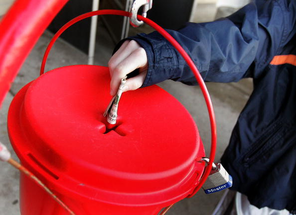 赤「Salvation Army Bell Ringers Collect Funds For Charity」:写真・画像(3)[壁紙.com]