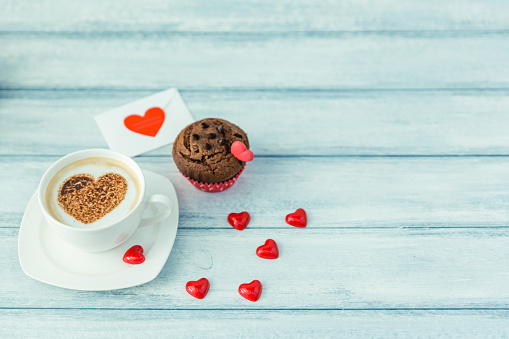 ハート「Cappuccino coffee with chocolate muffin and heart shape decorations」:スマホ壁紙(16)