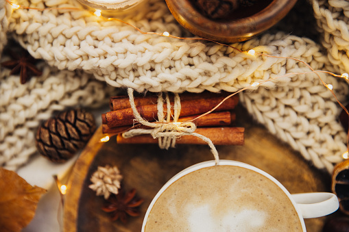 Knitted「Cappuccino and cinnamon sticks with Christmas decorations and a knitted scarf」:スマホ壁紙(15)