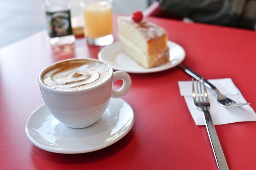 Coffee Break「Cappuccino and cake on table」:スマホ壁紙(9)