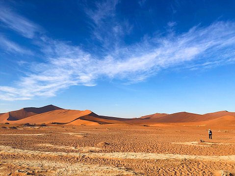 One Person「Hiking the sand dunes」:スマホ壁紙(2)