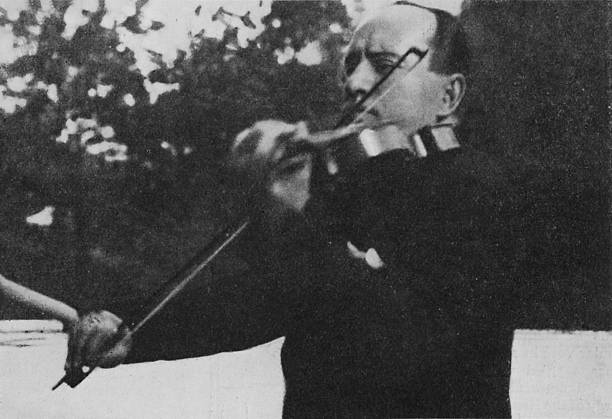 Benito Mussolini playing the violin -:ニュース(壁紙.com)