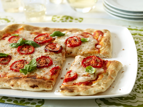 Stylish「Homemade Margherita Flatbread Pizza with Wine and Plates」:スマホ壁紙(15)