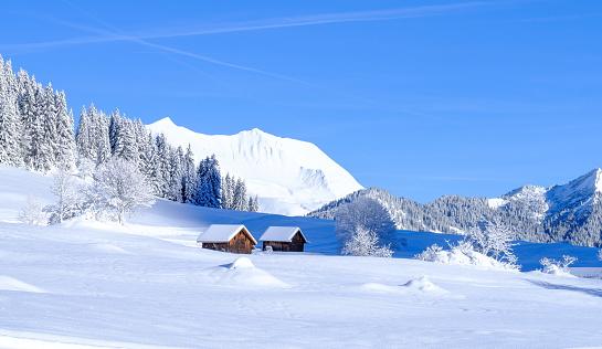 Chalet「Wooden mountain chalets in a winter landscape」:スマホ壁紙(12)