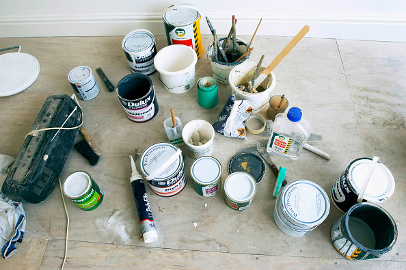 DIY「Scene of domestic decorating with tins of paint on the floor.」:写真・画像(1)[壁紙.com]