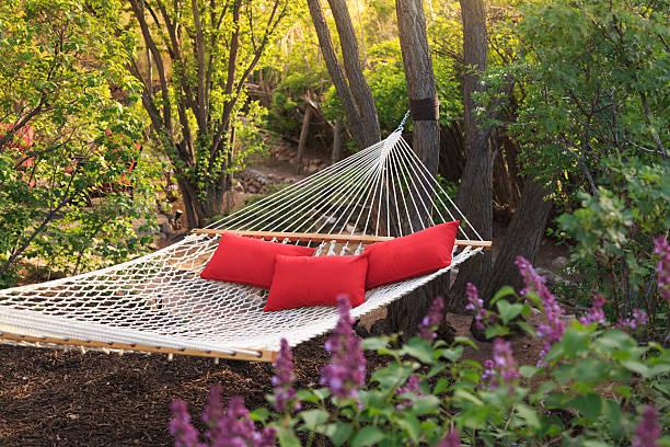 hammock with three red pillows:スマホ壁紙(壁紙.com)
