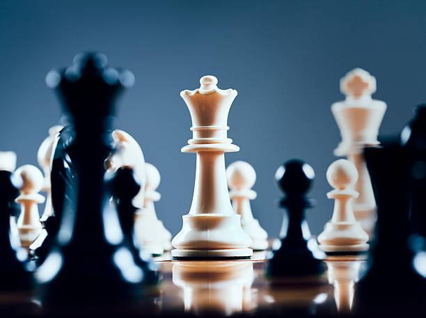 White queen rules the board:スマホ壁紙(壁紙.com)