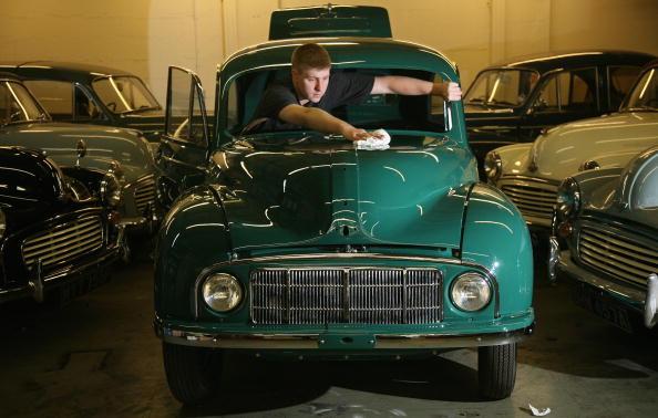 Repairing「Morris Minor Celebrates Its 60th Anniversary」:写真・画像(1)[壁紙.com]