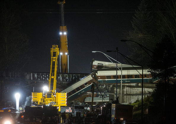 Construction Equipment「Amtrak Train Derailment South Of Tacoma, Washington Leaves Train Car Dangling Onto Highway」:写真・画像(1)[壁紙.com]