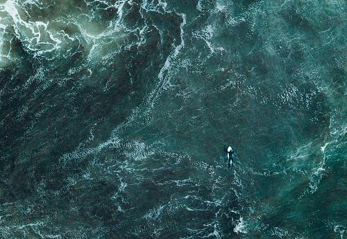 胸を打つ「海のサーファーの抽象的なビュー。」:スマホ壁紙(12)