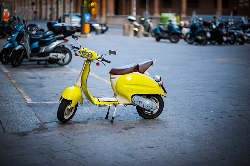 Motor Scooter「Italy, parked yellow motor scooter」:スマホ壁紙(18)