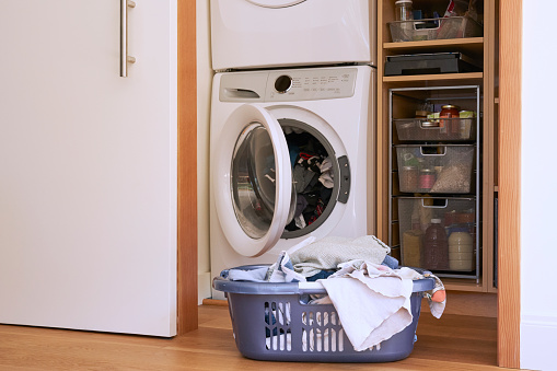 Laundry「At home still life of full laundry basket with washing machine and dryer in the background」:スマホ壁紙(12)